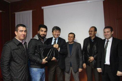 Başkan Özbağ'dan fakülte kazanan öğrencilere hediye
