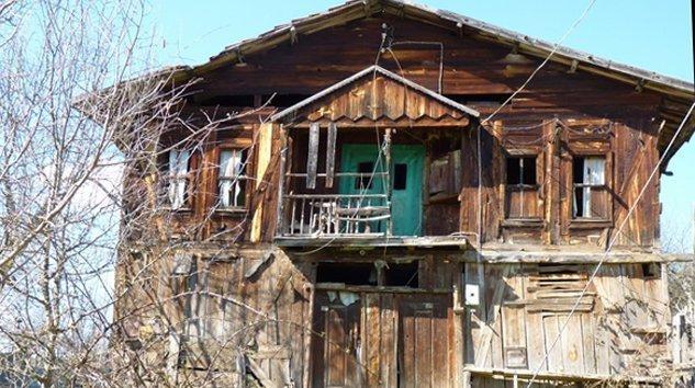 Eski Köy evi ve samanlık enkazı alınır