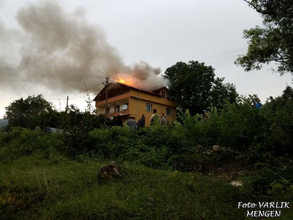 Çatıya düşen yıldırım yangın çıkardı