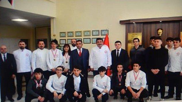 Mustafa Allar Aşçılık öğrencilerine not verdi